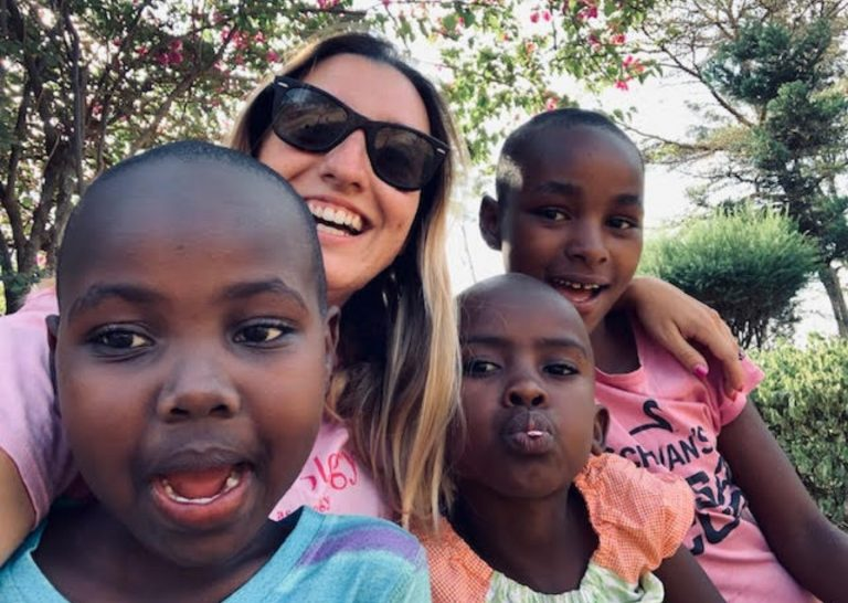 volontariato con i bambini in Africa